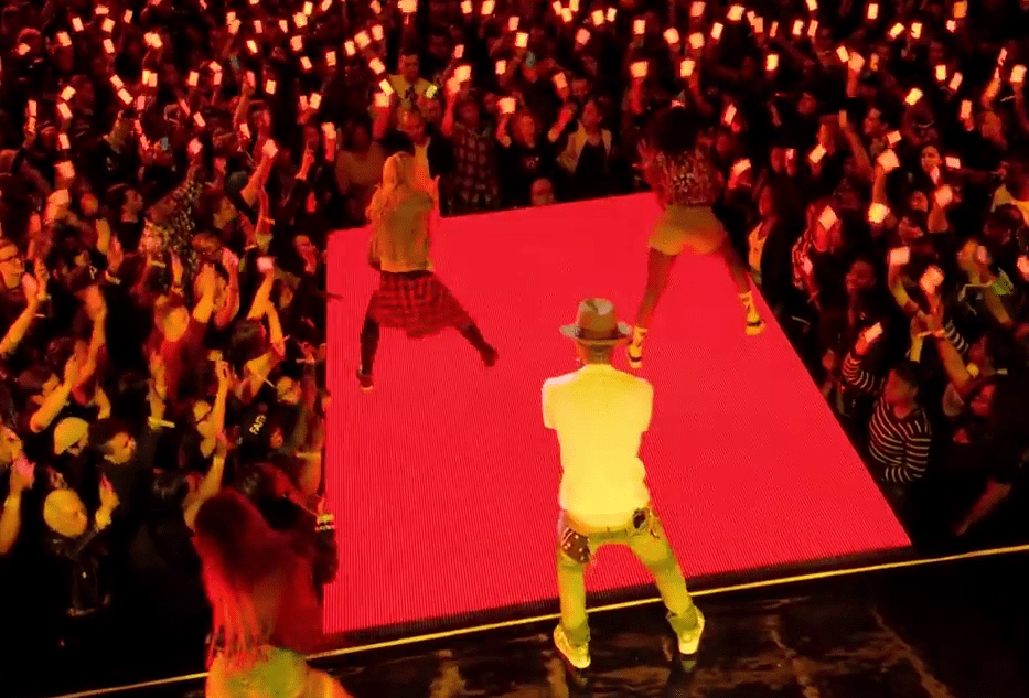"Pharrell Williams Performs ""Come Get it Bae"" with 350 Smartphones"
