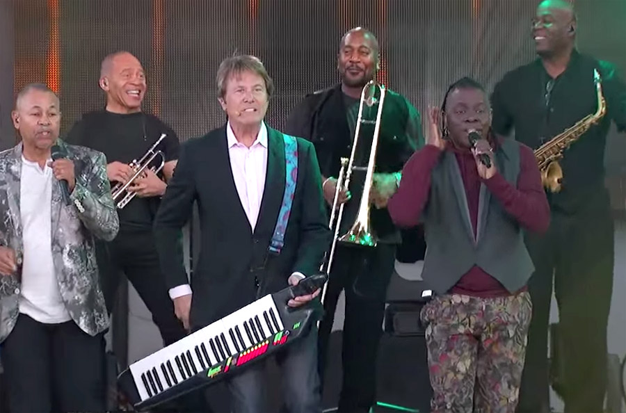 Earth, Wind and Fire Perform a Medley of Hits with an Assist from Chicago
