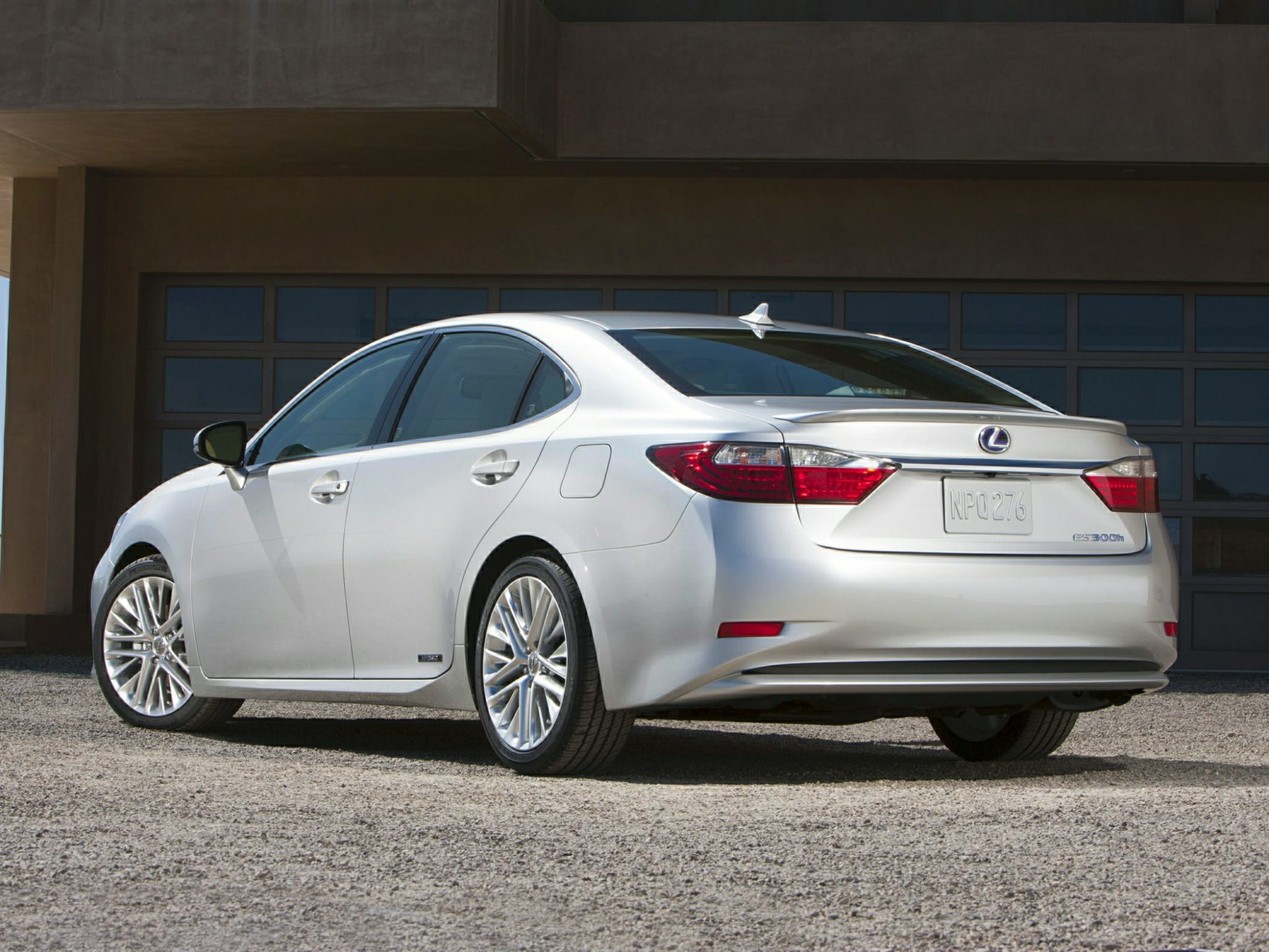 The 2015 Lexus ES 300h is an Excellent Choice for Luxury-Minded, Eco-Conscious Consumers