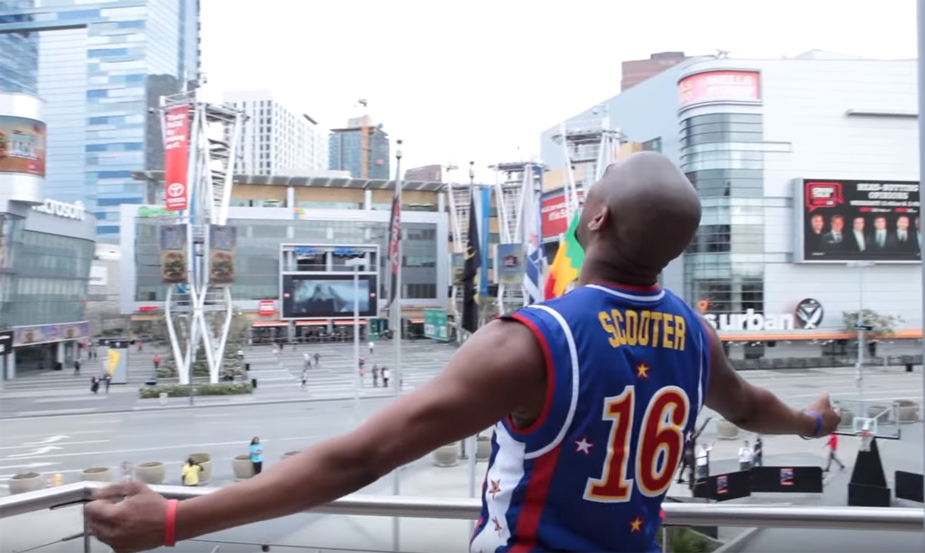 Harlem Globetrotter Scooter Sinks a 100-Foot Trick Shot From Staples Center Roof